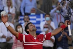 Djokovic tops Tsitsipas in 5 at French Open for 19th major