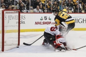 Penguins pull away in third to beat Devils
