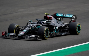 Bottas pips Hamilton to pole as Hulkenberg shines