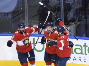 Panthers avoid elimination, beat Islanders in Game 3